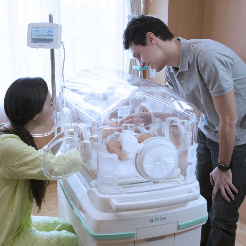 Удобный доступ в инкубатор для наблюдения за новорожденным