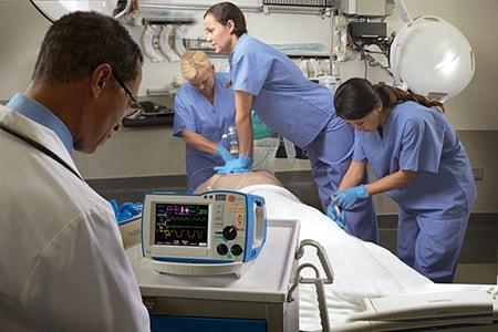Помощь при СЛР - дефибриллятор и врачи— копия