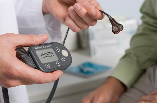 Установка DigiTrak XT пациенту на сутки для считывания ЭКГ